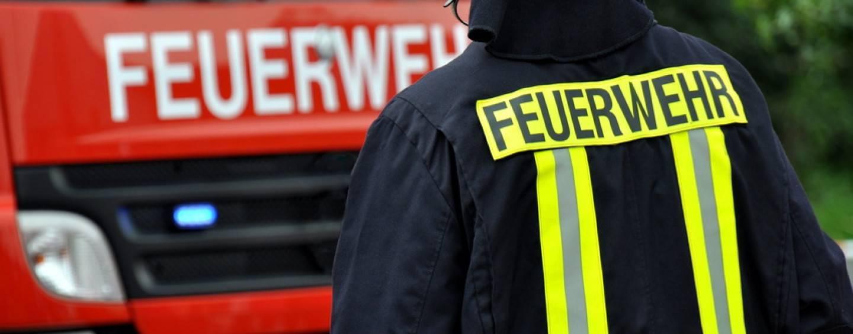 Düsseldorf: Weihnachtsmarkt-Stand geht in Flammen auf