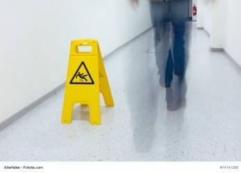 Nässe: Warnschild nur ausreichend, wenn Bauvorschriften eingehalten