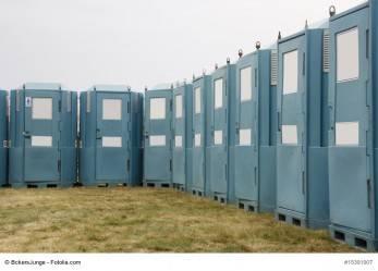 Stapler fährt WC-Häuschen fort – mitsamt Insassin