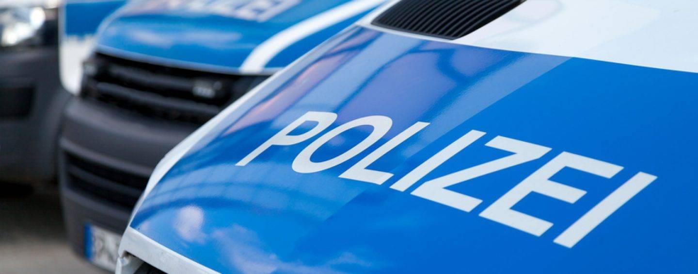 329/17 Leipzig: Polizeiauto wird als mobile Sperre alle 2 Minuten hin- und hergefahren