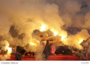 23/17 Leverkusen: Fallschirm fliegt Pyroböller ins Stadion